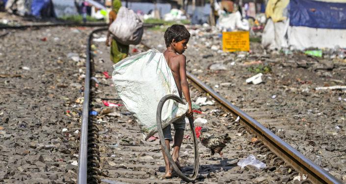 Zbieracze śmieci na torach kolejowych w indyjskim mieście Guwahati