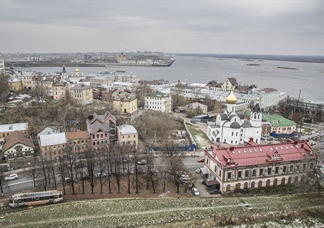 Niżny Nowogród znajduje na spływie rzek Oki i Wołgi. Oka dzieli miasto na dwie części.