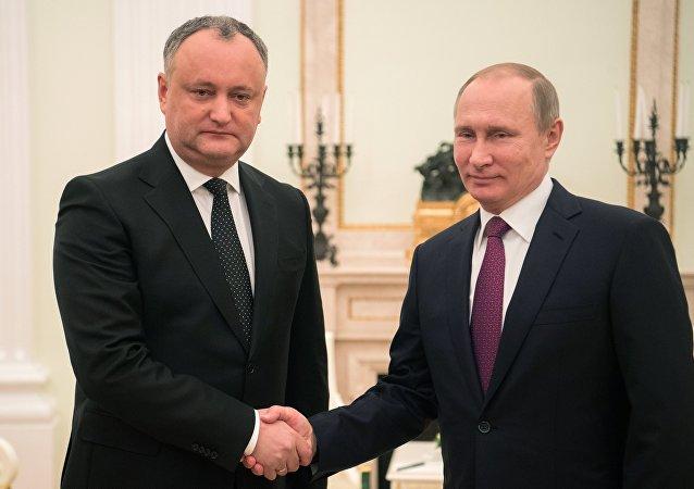 Prezydent Rosji Władimir Putin i prezydent Mołdawii Igor Dodon spotykają się w Moskwie 17 stycznia 2017 roku