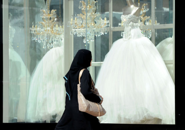 Saudyjka ogląda suknie ślubne