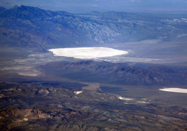 Jezioro w Strefie 51 w stanie Nevada, USA