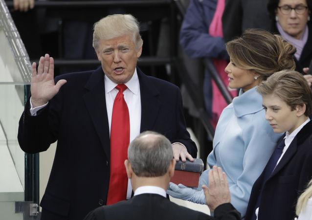 Prezydent USA Donald Trump składa przysięgę