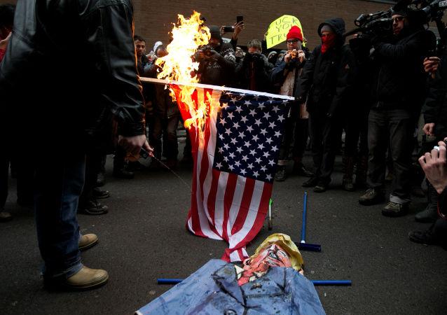 Mieszkańcy Montrealu palą amerykańską flagę na znak protestu przeciwko prezydentury Trumpa