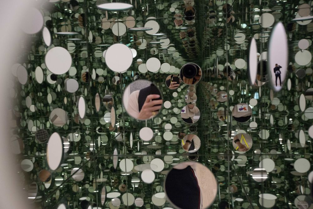 Lustrzany sześcian japońskiej malarki  Yayoi Kusama w Londynie