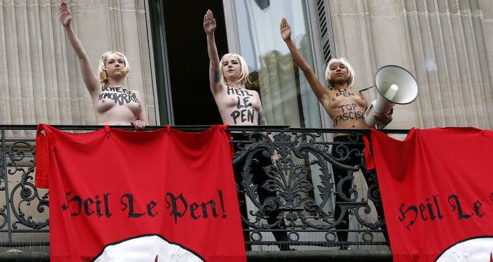 Aktywistki organizacji FEMEN podczas akcji w Paryżu