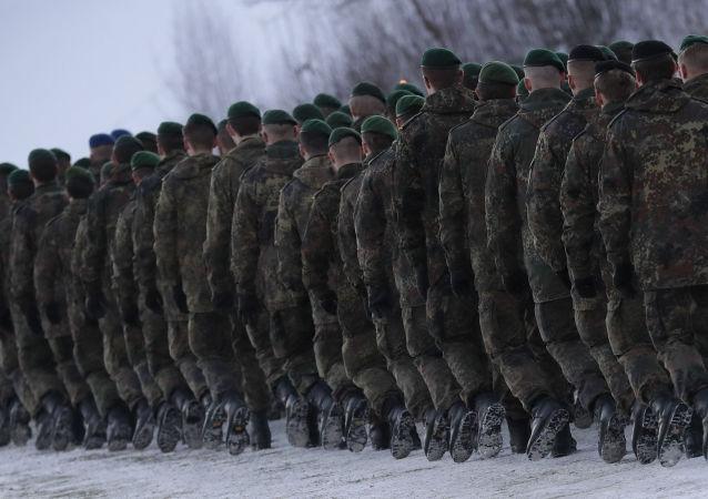 Żołnierze 122. batalionu piechoty Bundeswehry kierują się na miejsce służby na Litwie