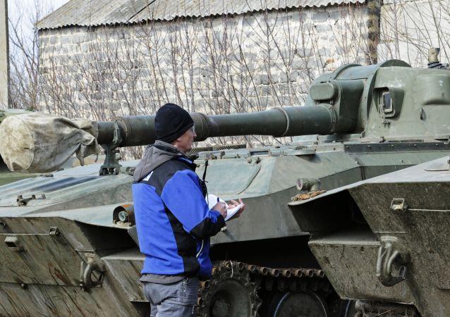 Przedstawiciel OBWE sprawdza obecność ciężkiej artylerii na miejscu dyslokacji we wsi Uljanowskoje w obwodzie donieckim