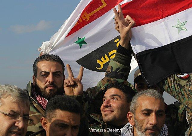 Syryjscy wojskowi obchodzą otrzymanie Sheikh Saeed we wschodnim Aleppo.
