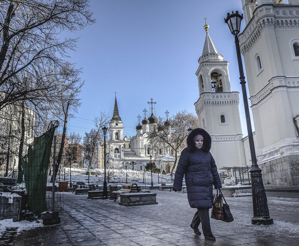 """Cerkiew św. Włodzimierza w """"Starych Sadach istnieje od I połowy XV wieku. Cerkiew mieściła się przy pałacu książąt moskiewskich i pełniła funkcję prywatnej świątyni panującego rodu. Cerkiew kilka razy była przebudowywana i budowana od nowa."""