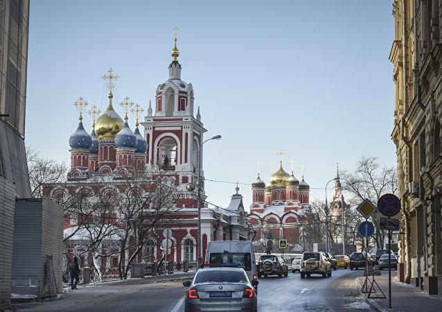 Warwarka jest jedną z najstarszych i najbardziej znanych moskiewskich ulic. Można tam trafić, skręcając za Soborem Wasyla Błogosławionego na Placu Czerwonym w lewą stronę. Nazwa ulicy pochodzi od cerkwi Wielkiej Męczennicy Warwary (Barbary). Generalnie przy tej niewielkiej ulicy o długości pół kilometra mieści się ogromna ilość cerkwi.