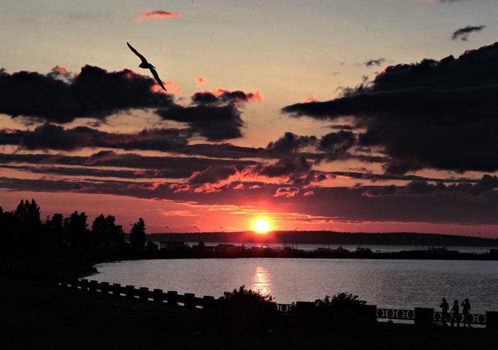 Zachód słońca na Bulwarze Oneskim w Petrozawodzku
