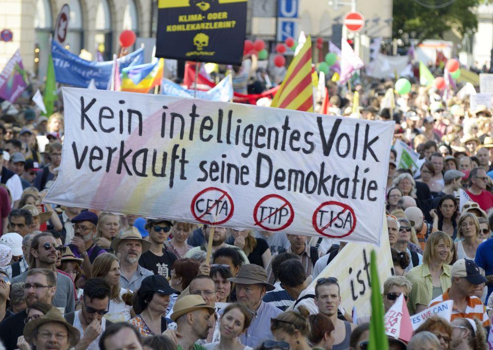 Uczęstnicy demonstracji w Monachium.
