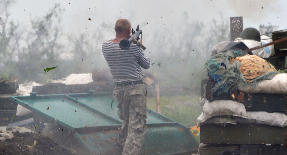Żołnierz Sił Zbrojnych Ukrainy strzela z wyrzutni w okolicach Doniecka