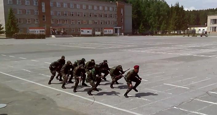 Afrykańscy studenci jednej z rosyjskich szkół wojskowych wykonali taniec z automatami do utworu w ich własnym języku.