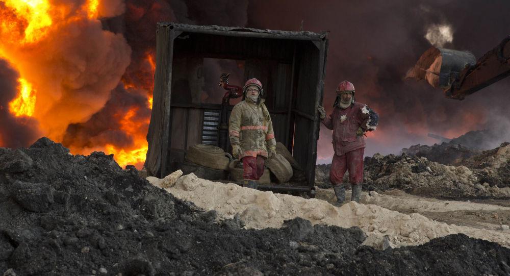 Strażacy gaszą płonącą ropę. Mosul