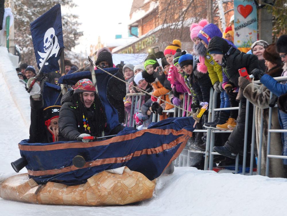 Uczestnicy wyścigu podczas festiwalu kreatywnych sanek SunnyFEST w Mamadyszu (Republika Tatarstanu)