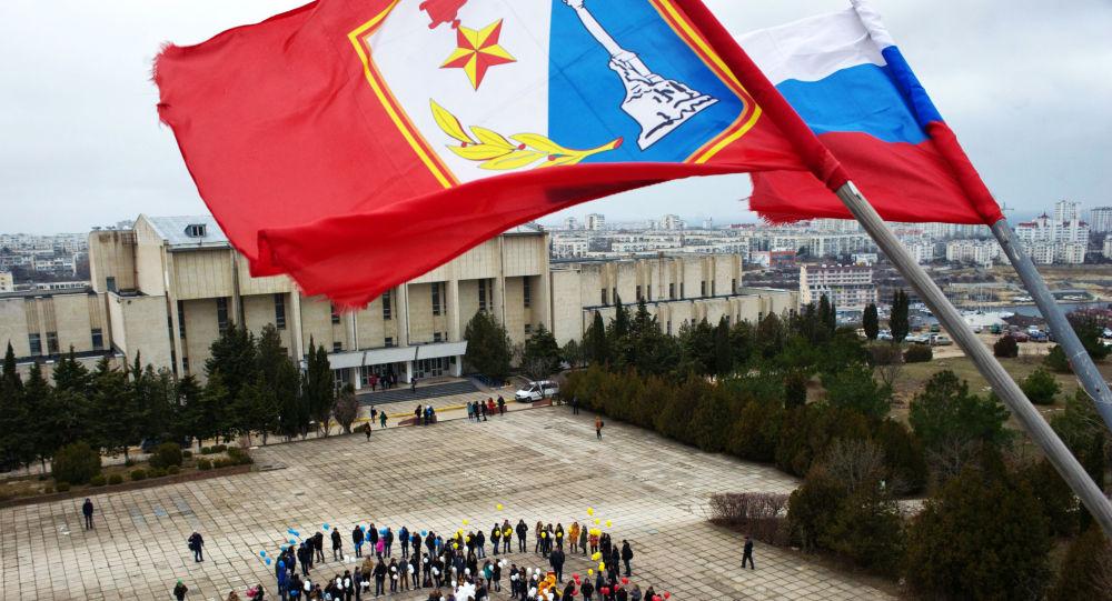 Flaga Sewastopola nad Sewastopolskim Uniwersytetem Państwowym