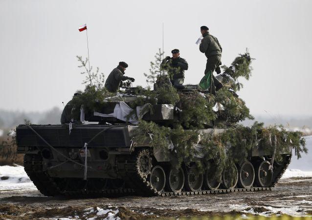 Polscy zołnierze na czołgu Leopard 2A4 podczas manewrów