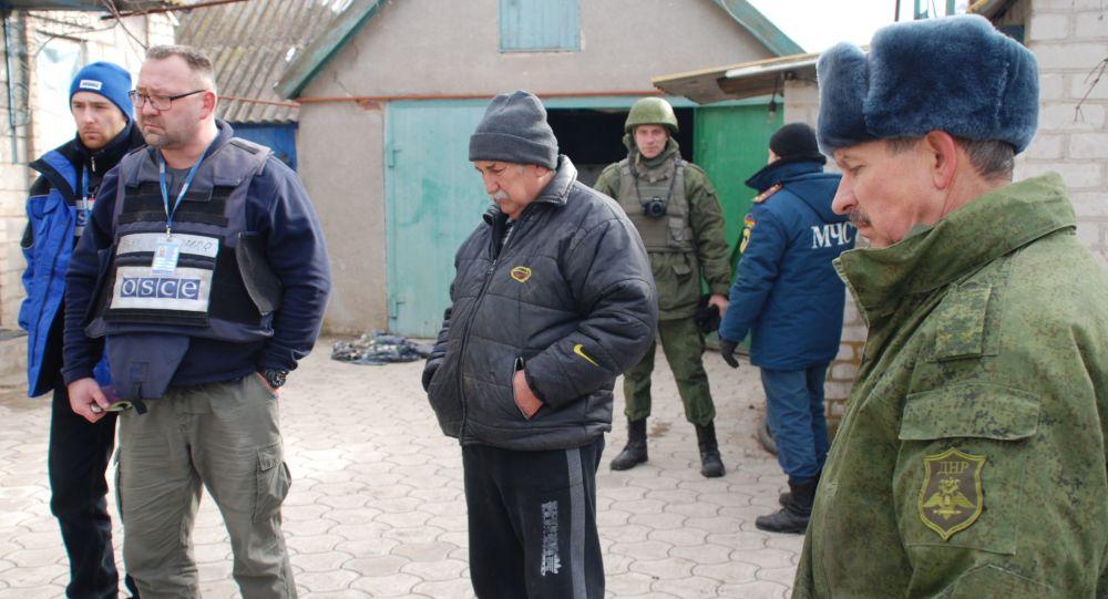 OBWE i milicja ludowa DRL we wsi Kominternowo w obwodzie donieckim
