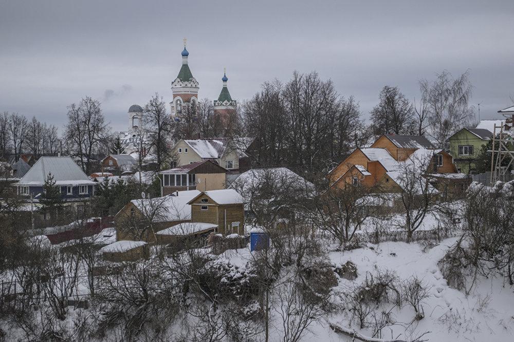 Te dwie cerkwie z różnych czasów, ale o tym samym wezwaniu – świętych Joachima i Anny – pozostały na miejscu klasztoru Jakimańskiego (Joachimowskiego), który istniał tu do 1764 roku. Mniejsza cerkiew z białej cegły powstała jeszcze w XIV wieku. Obecny budynek stanowi zaledwie część pierwotnego. Druga cerkiew z XIX wieku przyciąga uwagę swoim wyglądem, w którym łączą się architektura sprzed czasów Piotra I, klasycyzm i pseudogotyk.