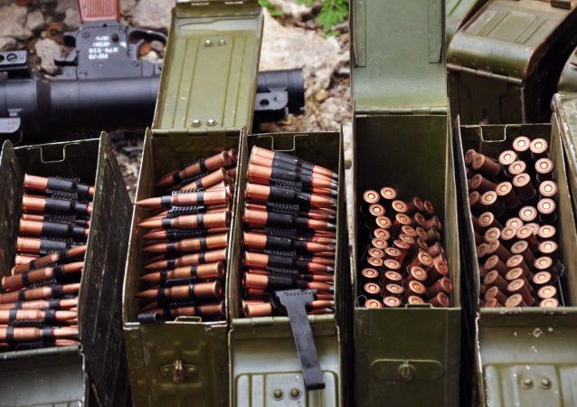 Broń i amunicja znalezione w piwnicy jednego z domów w Perewalśku