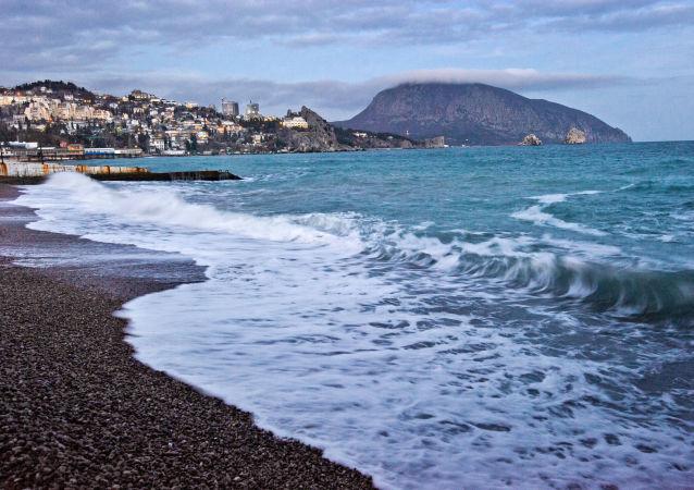Wybrzeże Morza Czarnego i góra Ajudah w tle