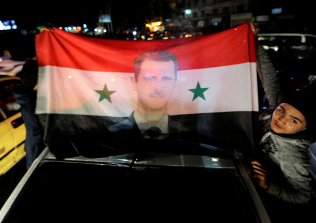 Flaga Syrii z wizerunkiem prezydenta Baszara al-Asada