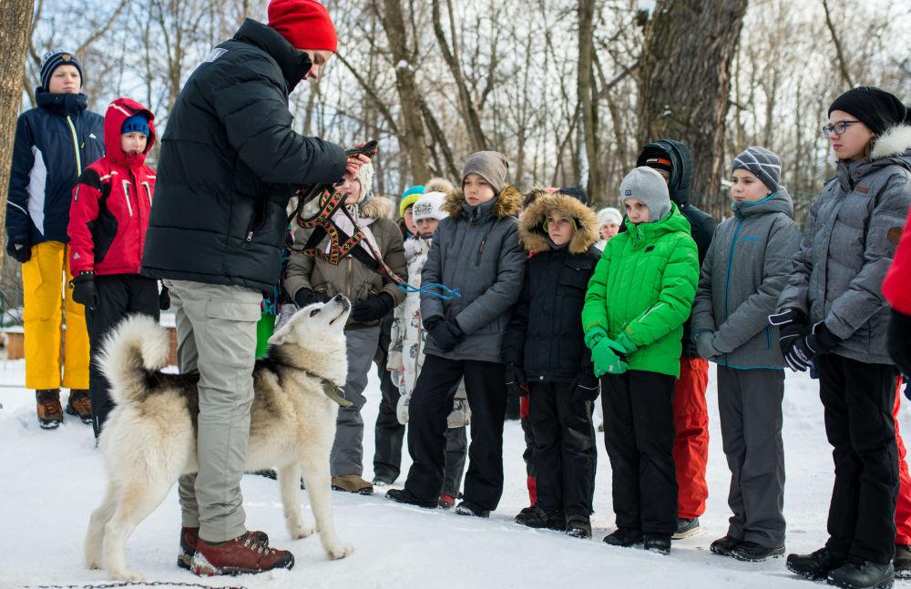 Dzieci w moskiewskim parku Sokolniki podczas programu rehabilitacyjno-edukacyjnego Po drodze z husky