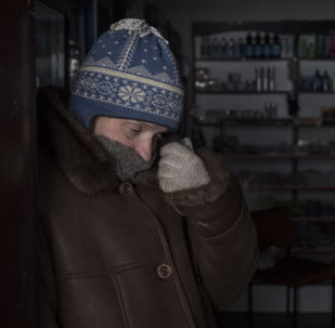 Mieszkaniec Doniecka w sklepie w rejonie kijowskim