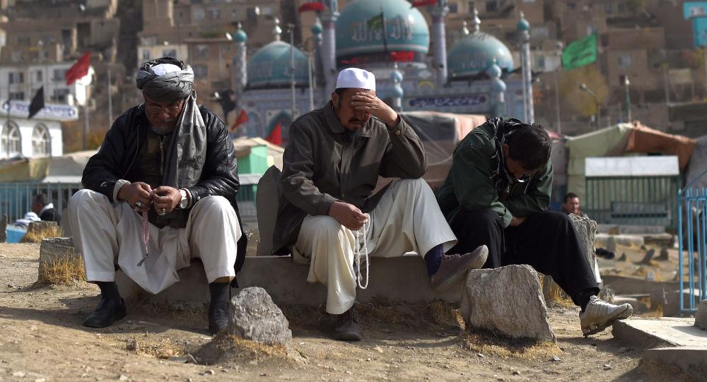 Żałobnicy na ceremonii pogrzebowej ofiar ataku terrorystycznego w meczetu w Afganistanie
