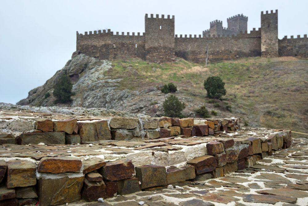 Z obiektów architektonicznych X-XV wieku zachowały się mury obronne, wieże – Dziewicza i Portowa, Zamek Konsula, meczet, świątynia Dwunastu Apostołów oraz katedra Dziewicy Marii, a także pozostałości miejskiej zabudowy i umocnienia nadmorskie z VI wieku.