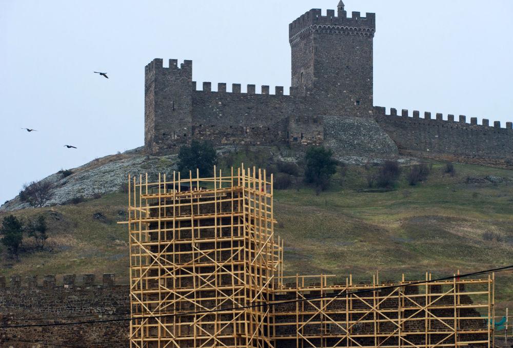 Prace konserwatorskie na terenie Twierdzy Genueńskiej na brzegu Morza Czarnego na Krymie
