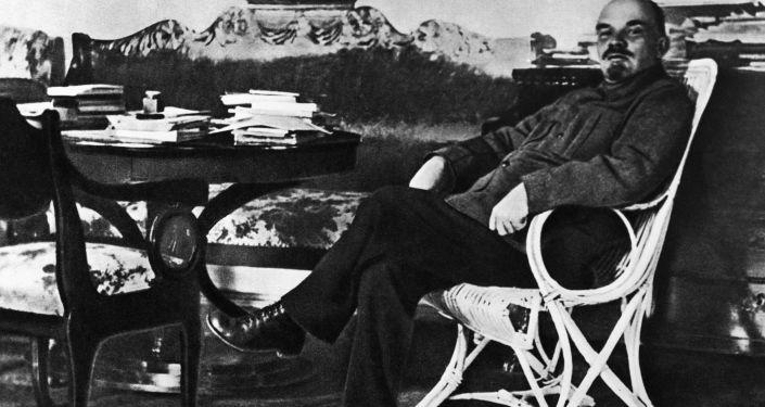 Włodzimierz Lenin w swoim gabinecie w podmoskiewskich Gorkach