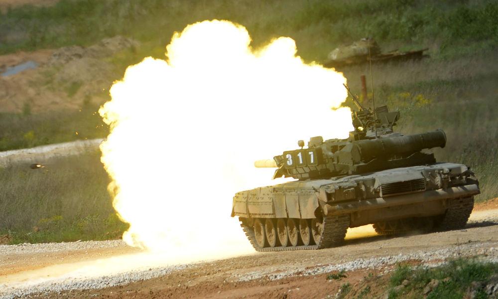 """Czołg T-80 podczas prezentacji sprzętu wojskowego w ramach przygotowań do międzynarodowego forum wojskowo-technicznego """"Armia-2015"""" w obwodzie moskiewskim."""