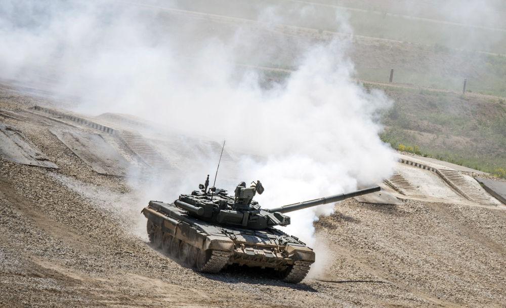 """Czołg T-72B3 podczas prezentacji sprzętu wojskowego w ramach przygotowań do międzynarodowego forum wojskowo-technicznego """"Armia-2015"""" w obwodzie moskiewskim."""