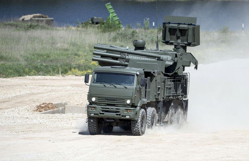 Samobieżny przeciwlotniczy zestaw artyleryjsko-rakietowy Pancyr-S1 na podwoziu Kamaz-6560 podczas pokazu sprzętu wojskowego w obwodzie moskiewskim.
