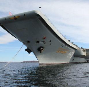 Lotniskowiec Admirał Kuzniecow przybywa do Siewieromorsku