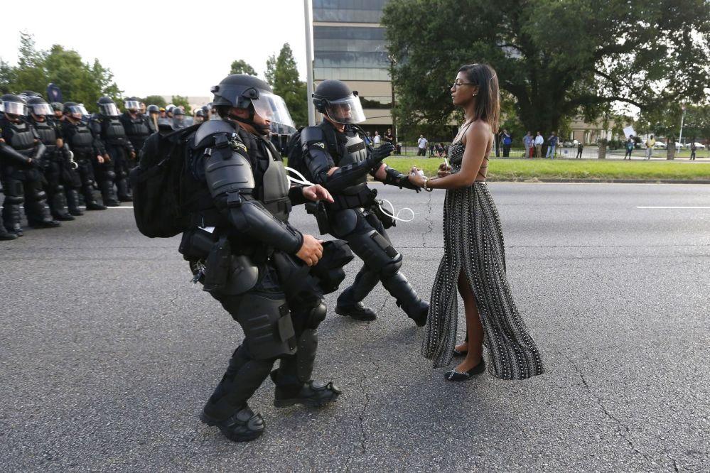 Zdjęcie Wyraz sprzeciwu w Baton Rouge. Autor: Jonathan Bachman. Pierwsze miejsce w kategorii Współczesne problemy - zdjęcie pojedyncze.