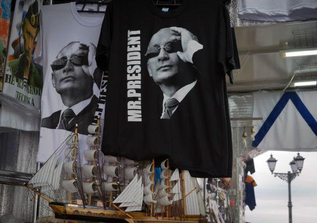 Koszule z wizerunkiem prezydenta Rosji Władimira Putina w kiosku z pamiątkami w Sewastopolu
