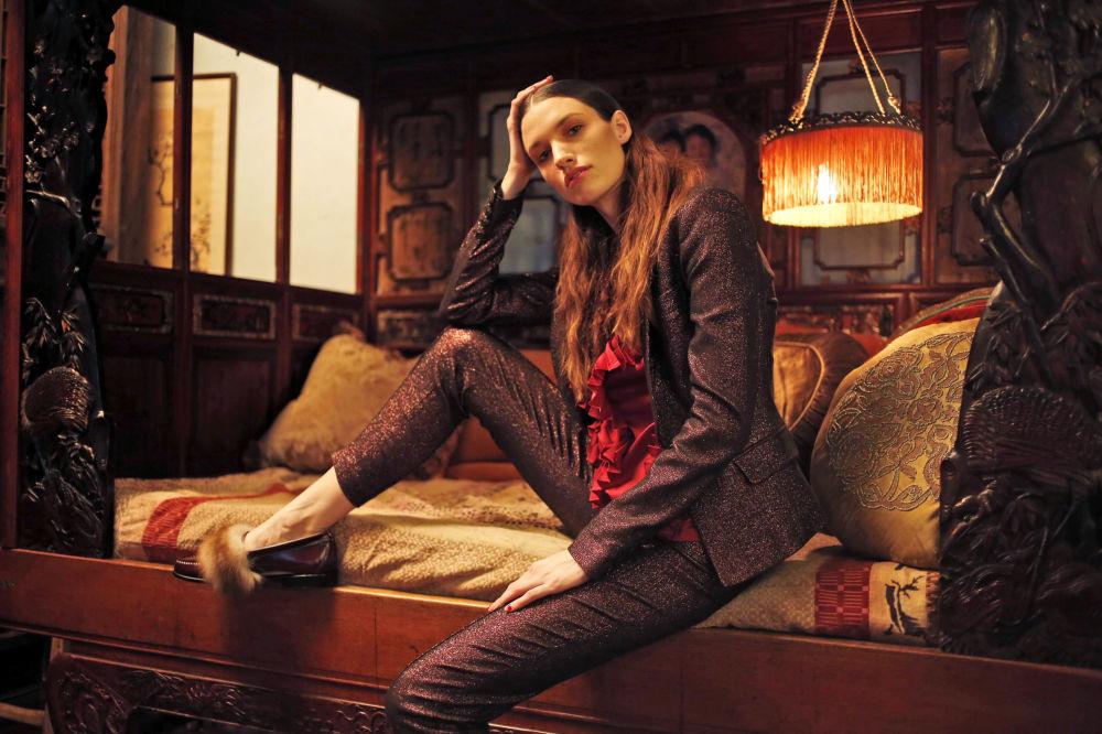 Modelka prezentuje kolekcję Tracy Reese podczas Tygodnia Mody w Nowym Jorku