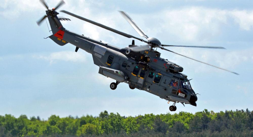 Helikopter Caracal podczas lądowania w polskiej bazie