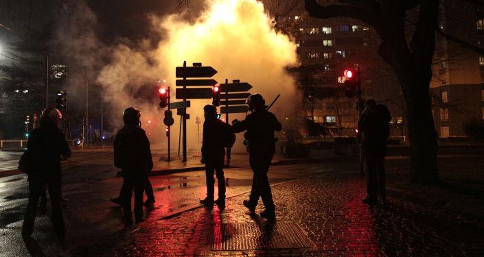 Akcja protestu przeciwko samowoli policji na przedmieściach Paryża, w Bobigny