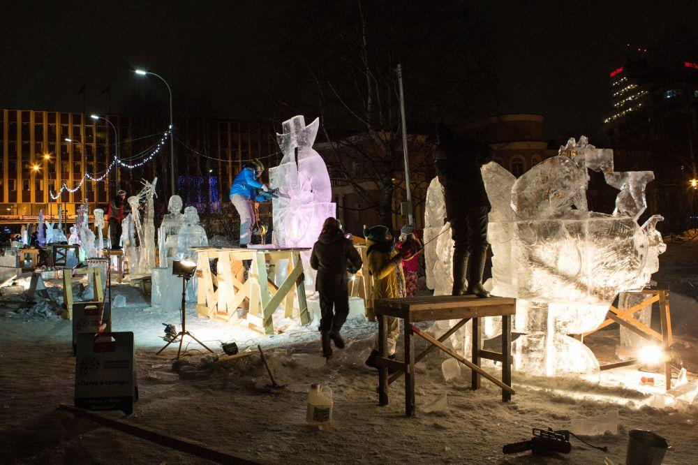Konkurs Lodowych Rzeźb odbywający się w ramach Międzynarodowego Zimowego Festiwalu Hiperborea w Karelii.