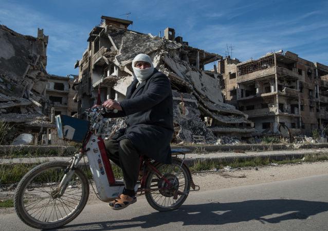 Mieszkaniec obozu dla uchodźców w rejonie Homs Baba Amr