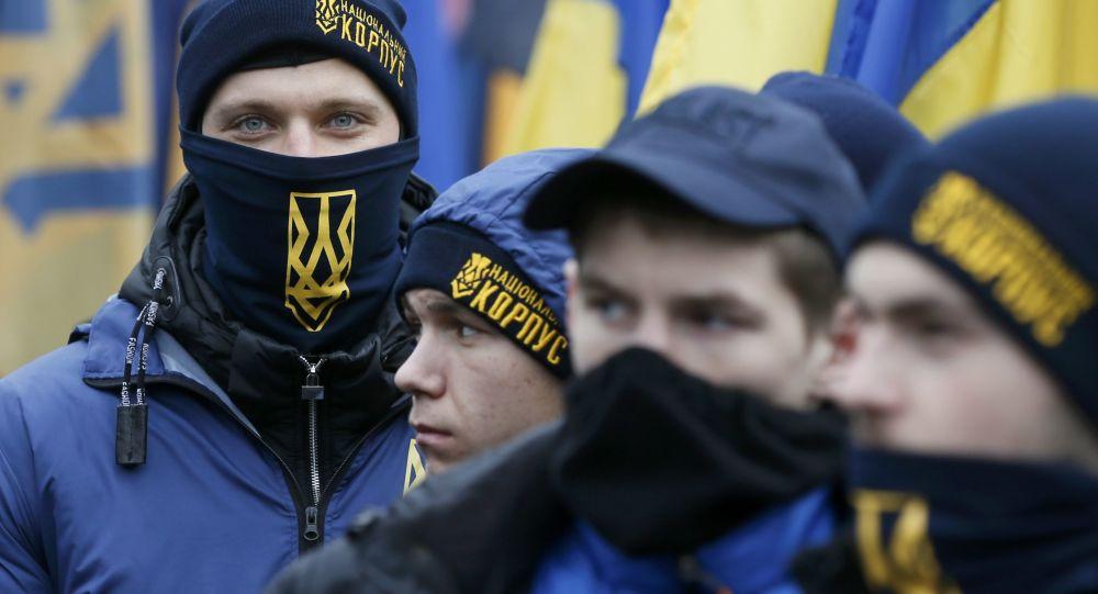 Aktywiści organizacji nacjonalistycznych podczas marszu w Kijowie z okazji rocznicy EuroMajdanu