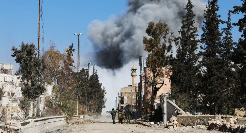 Kłęby dymu po przeprowadzonym nalocie na PI w syryjskim Al-Bab