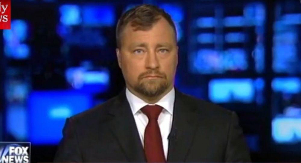 Osoba przedstawiona jako doradca szwedzkiego rządu ds. obrony i bezpieczeństwa narodowego Nils Bildt na kanale Fox News