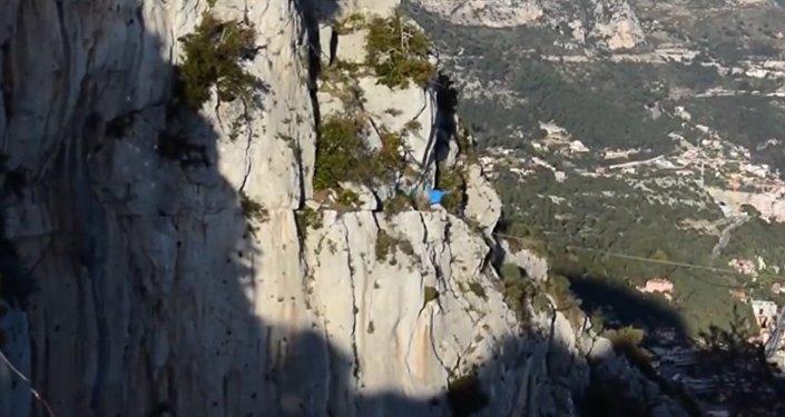 Nad przepaścią między górami