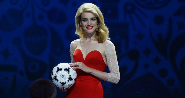 Modelka Natalia Wodianowa na ceremonii wstępnego losowania Mistrzostw Świata w piłce nożnej 2018