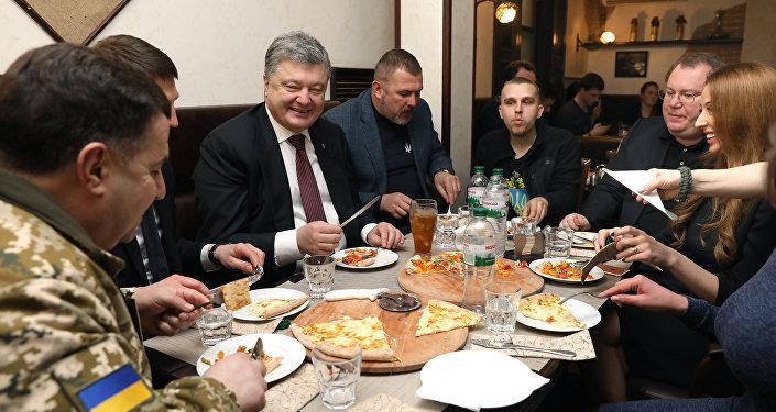 Prezydent Ukrainy Petro Poroszenko w restauracji w Dnieprze